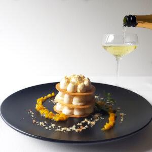 Marzipanov mousse s penečim medenim vinom Jere
